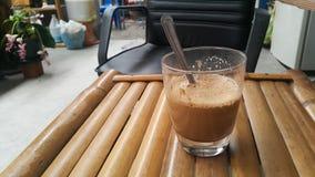 Heißer Kaffee auf Stuhl Stockfotos