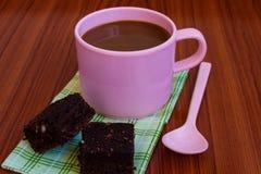 Heißer Kaffee in der rosa Schale mit Schokoladenkuchen Stockfotografie
