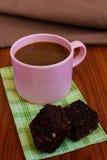 Heißer Kaffee in der rosa Schale mit Schokoladenkuchen Stockbild
