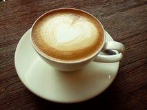 Heißer Kaffee haben Herzform auf die Oberseite mit Holztisch Lizenzfreies Stockfoto