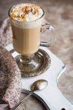 Heißer Kaffee im Becher Lizenzfreie Stockbilder