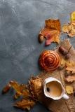Heißer Kaffee im Becher mit Brötchen Stockbilder