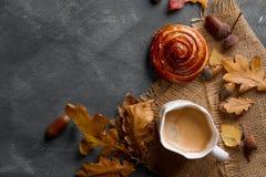 Heißer Kaffee im Becher mit Brötchen Lizenzfreies Stockbild