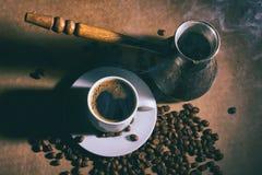 Heißer Kaffee Kaffeemühle, Türke und Tasse Kaffee Stockfoto