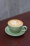 Heißer Kaffee Latte mit schöner Lattekunst Stockfoto