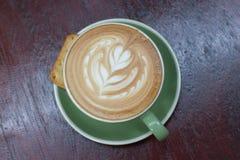 Heißer Kaffee Latte mit schöner Lattekunst Stockbild