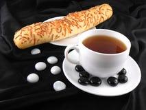 Heißer Kaffee mit Brot und Steine auf schwarzem Hintergrund Lizenzfreies Stockbild