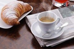 Heißer Kaffee mit Hörnchen Stockbilder