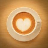 Heißer Kaffee mit Herzmuster in der weißen Schale lizenzfreies stockbild