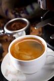 Heißer Kaffee mit Maschine Stockbild