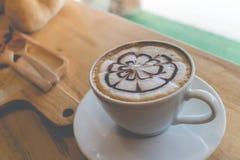 Heißer Kaffee mit Schaummilchkunst Stockbild