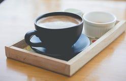 Heißer Kaffee mit Schaummilchkunst Schwarzer Tasse Kaffee Lizenzfreie Stockfotos