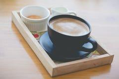 Heißer Kaffee mit Schaummilchkunst Schwarzer Tasse Kaffee Stockbild