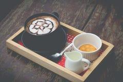 Heißer Kaffee mit Schaummilchkunst Schwarzer Tasse Kaffee Lizenzfreies Stockbild