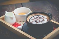 Heißer Kaffee mit Schaummilchkunst Schwarzer Tasse Kaffee Lizenzfreie Stockfotografie