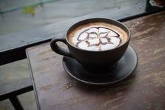 Heißer Kaffee mit Schaummilchkunst Schwarzer Tasse Kaffee Stockfotos