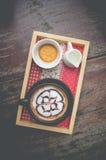 Heißer Kaffee mit Schaummilchkunst Schwarzer Tasse Kaffee Stockfoto