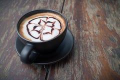 Heißer Kaffee mit Schaummilchkunst Schwarzer Tasse Kaffee Lizenzfreie Stockbilder