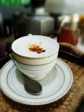 Heißer Kaffee mit undeutlichem Hintergrund Stockbild