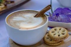 Heißer Kaffee mit Zimt stockfotografie