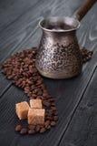 Heißer Kaffee mit Zucker und Bohnen Lizenzfreies Stockfoto
