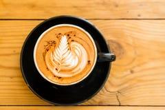 Heißer Kaffee-Mokka auf dem braunen Holztisch mit Schokolade Lizenzfreies Stockfoto