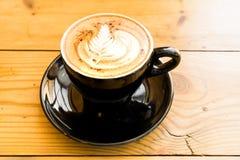 Heißer Kaffee-Mokka auf dem braunen Holztisch mit Schokolade Stockbild