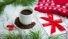 Heißer Kaffee, roter warmer Pullover und Buchstabe von Santa Claus auf einem schneebedeckten Hintergrund Lizenzfreie Stockfotografie
