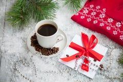 Heißer Kaffee, roter warmer Pullover und Buchstabe von Santa Claus auf einem schneebedeckten Hintergrund Stockfotos