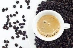 Heißer Kaffee und Bohne getrennt. Stockbild