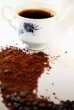 Heißer Kaffee und Bohnen Stockbild
