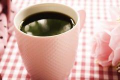 Heißer Kaffee und frische Milch- und süßerosa Rosen auf dem Tisch Stockfotos