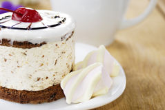 Heißer Kaffee und geschmackvoller Kuchen Stockfoto