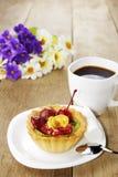 Heißer Kaffee und geschmackvoller Kuchen stockbild