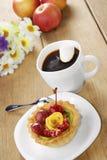 Heißer Kaffee und geschmackvoller Kuchen stockfotos