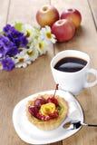 Heißer Kaffee und geschmackvoller Kuchen Lizenzfreies Stockbild