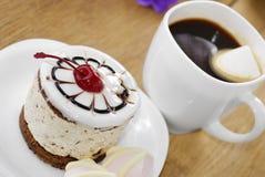 Heißer Kaffee und geschmackvoller Kuchen lizenzfreie stockfotos