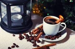 Heißer Kaffee und Gewürze Stockbild