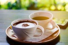 heißer Kaffee und grüner Tee Stockbild