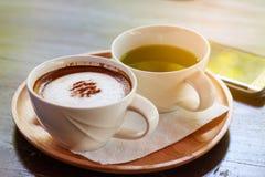 heißer Kaffee und grüner Tee lizenzfreies stockbild