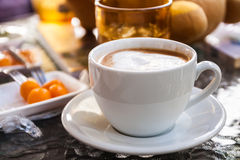Heißer Kaffee und Konfekt lizenzfreie stockbilder
