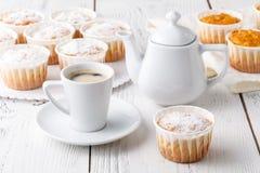 Heißer Kaffee und Muffin lizenzfreie stockfotografie