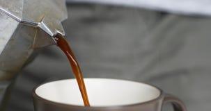 Heißer Kaffee wird aus mokacoffee Hersteller gegossen stock footage