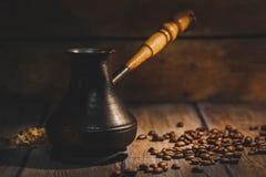Heißer Kaffee zugebereitet in einem Türken Stockfotos