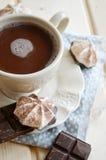 Heißer Kakao mit Eibischen auf Holztisch lizenzfreie stockfotos