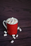 Heißer Kakao mit Eibischen auf Holztisch Stockfoto