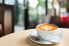 Heißer Kunst Latte-Kaffee in einer Schale auf Holztisch lizenzfreie stockfotografie