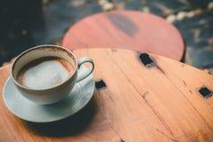 Heißer Latte auf dem Tisch stockbild