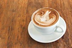 Heißer Lattekaffee mit Lattekunst Stockbilder