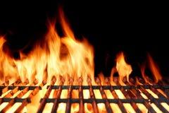 Heißer leerer Holzkohle BBQ-Grill mit hellen Flammen Stockfotografie